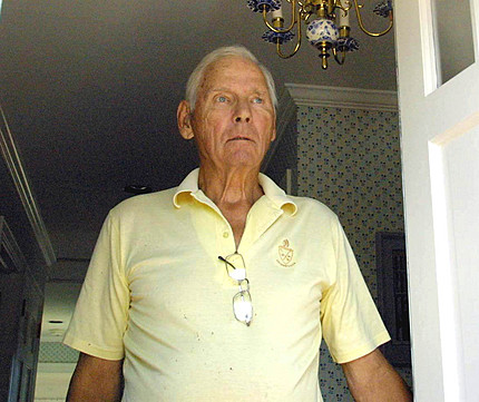 August 2002 - New York, USA Warren Anderson, former manager of Union Carbide in India, at his door in Bridgehampton, Long Island, New York. Shannon Sweeney/Daily Mirror, Image courtesy Greenpeace